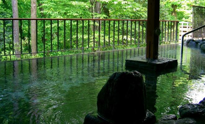 渓谷 湯 の 秋川 瀬音